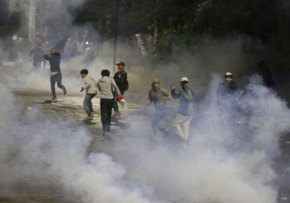 Durante le rivolte in Indonesia, centinaia di persone sono rimaste ferite: oltre 300 giovani e una quarantina di uomini delle forze dell'ordine - Sputnik Italia