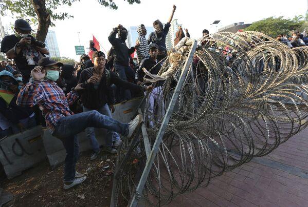 I manifestanti lanciano fumogeni contro la polizia, pietre e cercano di rimuovere le barriere della polizia dalle strade - Sputnik Italia