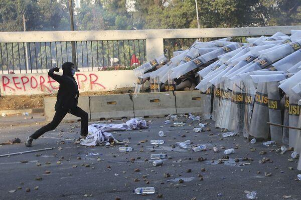 In precedenza in Indonesia si sono svolte manifestazioni e proteste contro la discriminazione religiosa e razziale. Durante gli scontri tra manifestanti e polizia, sono morte 20 persone - Sputnik Italia