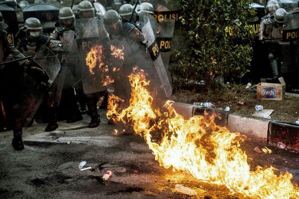 I partecipanti alle rivolte non solo hanno lanciato petardi e molotov contro i poliziotti, ma hanno anche dato fuoco a diversi palazzi governativi - Sputnik Italia
