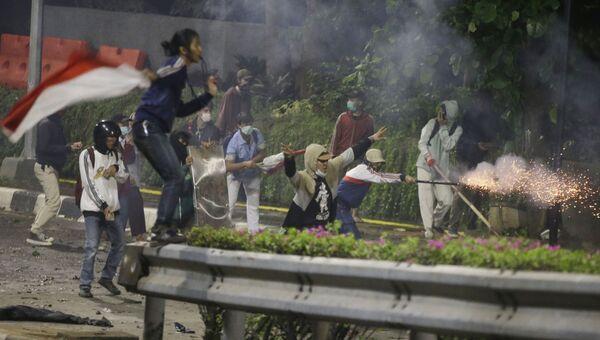 Dopo le elezioni presidenziali dello scorso maggio a Giacarta ci sono state proteste, durante le quali i rivoltosi hanno lanciato pietre e bottiglie molotov contro la polizia - Sputnik Italia