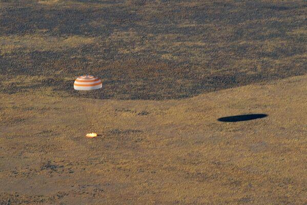 Atterraggio della navetta spaziale Soyuz MS-12 con tre membri dell'equipaggio della ISS. - Sputnik Italia