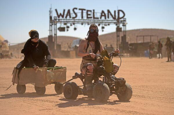 Donne sui quadrocicli al festival Wasteland Weekend nel deserto del Mojave a Edwards, California. - Sputnik Italia