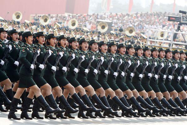 I soldati dell'Esercito popolare di liberazione marciano durante la parata militare dedicata al settantesimo anniversario della fondazione della Repubblica popolare cinese a Pechino. - Sputnik Italia