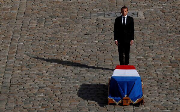 Il presidente francese Emmanuel Macron davanti alla bara del defunto Jacques Chirac. - Sputnik Italia