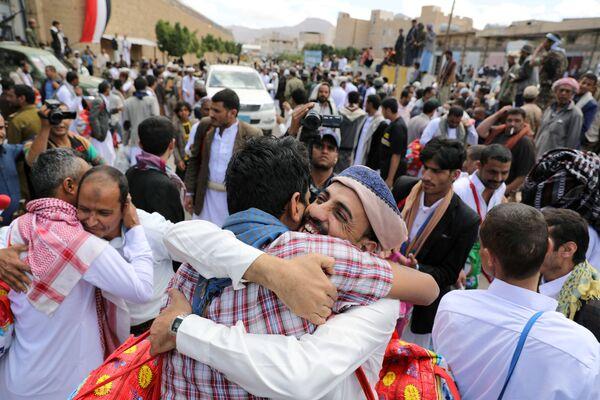I prigionieri abbracciano i parenti dopo che gli Huthi li hanno liberati dalla prigione centrale di Sanaa, nello Yemen. - Sputnik Italia