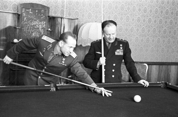 L'astronauta dell'URSS Aleksey Arkhipovich Leonov e il tenente generale dell'aviazione Nikolai Petrovich Kamanin giocano a biliardo - Sputnik Italia