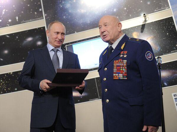 Il primo ministro russo Vladimir Putin consegna il premio del governo russo all'astronauta dell'URSS Alexei Leonov - Sputnik Italia