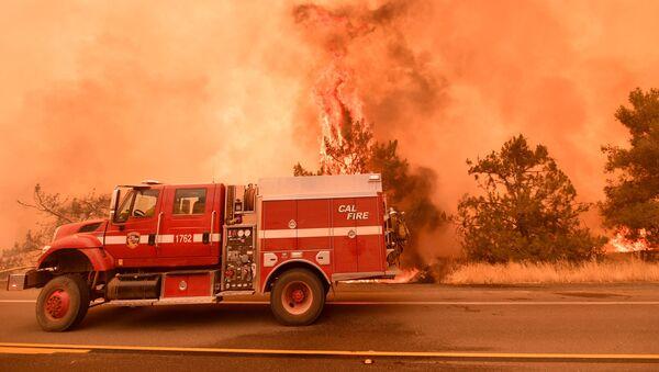 Pompieri al lavoro per spegnere un incendio in California - Sputnik Italia