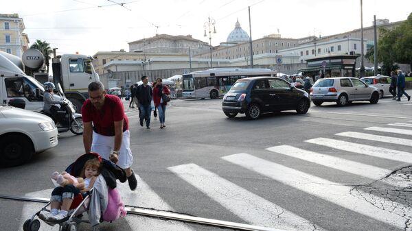 Roma, traffico e passanti in piazza del Risorgimento - Sputnik Italia