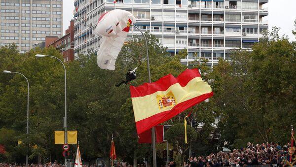Paracadutista alla parata a Madrid - Sputnik Italia