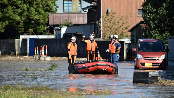 Soccorritori all'opera in una delle aree colpite dal tifone Hagibis, nella prefettura di Saitama - Sputnik Italia