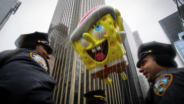 The Spongebob Squarepants balloon floats by New York Police Officers during the 88th Annual Macy's Thanksgiving Day Parade in New York November 27, 2014 - Sputnik Italia