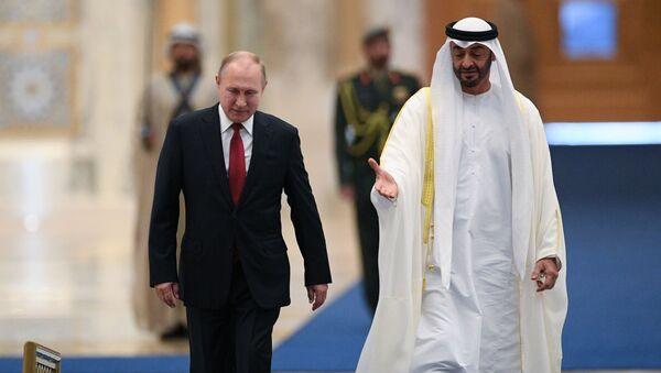 Президент России Владимир Путин и наследный принц Абу-Даби Мухаммед бен Заид Аль Нахайян на церемонии официальной встречи - Sputnik Italia