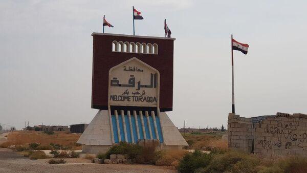 Adesso all'entrata di Raqqa sventolano le bandiere siriane - Sputnik Italia