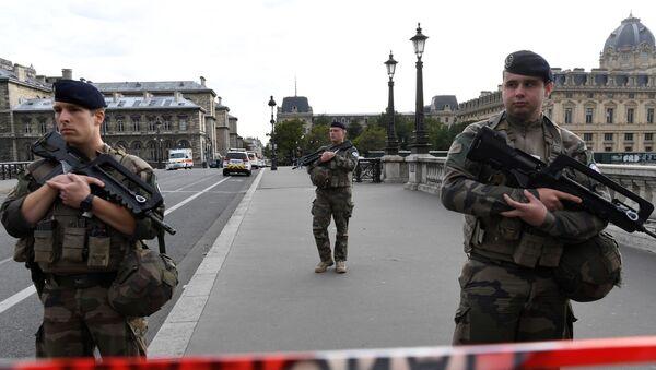 I soldati francesi vicino la prefettura di Parigi - Sputnik Italia