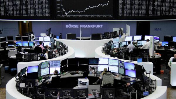 Traders work at their screens in front of the German share price index DAX board at the stock exchange in Frankfurt, Germany June 16, 2015 - Sputnik Italia