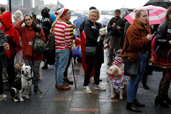 La gente in attesa della sfilata dei cani in maschera all'annuale Halloween Dog Parade a New York - Sputnik Italia