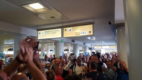 Operai Whirlpool in protesta all'aeroporto di Napoli - Sputnik Italia