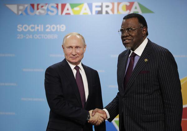 Il presidente russo Vladimir Putin e il presidente namibiano Hage Geingob al Forum economico Russia-Africa 2019 a Sochi, Russia - Sputnik Italia