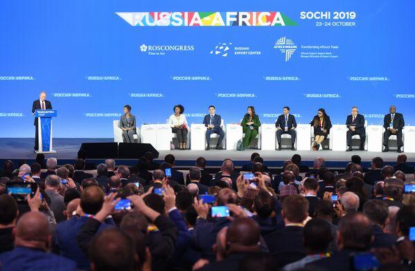 Il presidente russo Vladimir Putin tiene un discorso durante una sessione del Forum economico Russia-Africa 2019 a Sochi, Russia - Sputnik Italia