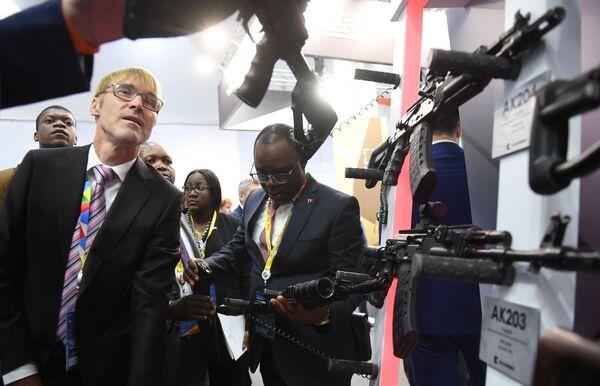 Partecipanti al Forum economico Russia-Africa 2019 a Sochi presso l'espositore di Kalashnikov - Sputnik Italia