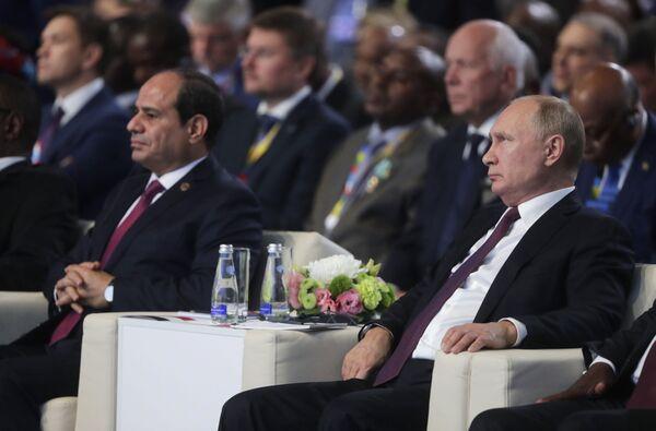 Il presidente russo Vladimir Putin e il presidente egiziano Abdel Fattah Al-Sisi partecipano ad una sessione del Forum economico Russia-Africa 2019 a Sochi  - Sputnik Italia