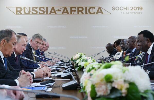 Il presidente russo Vladimir Putin e il suo omologo della Namibia Hage Geingob partecipano ad una riunione del Forum economico Russia-Africa 2019 a Sochi  - Sputnik Italia