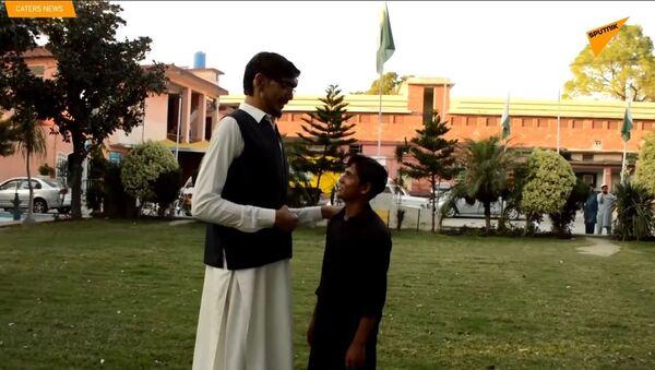 L'uomo più alto in Pakistan - Sputnik Italia