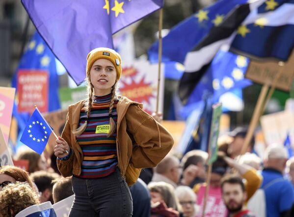 Una manifestante contro la Brexit a Londra. Il parlamento britannico ha approvato un emendamento per rinviare l'uscita del Paese dall'Unione Europea. - Sputnik Italia