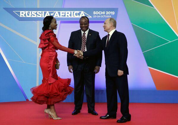 Il Presidente russo Vladimir Putin e il Re di eSwatini Mswati III alla cerimonia ufficiale del Summit e Forum Economico Russia-Africa, il 23 ottobre 2019, Sochi  - Sputnik Italia