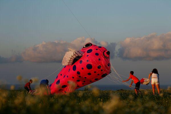 I bambini fanno volare un aquilone durante il Festival Internazionale degli Aquiloni sull'isola di Gozo, Malta, il 20 ottobre 2019 - Sputnik Italia