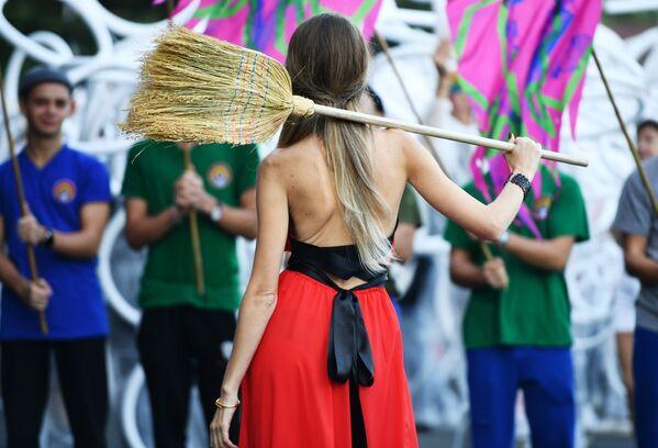 Una partecipante al Festival Internazionale di Cultura Contemporanea ed Ecologia 'Alushta.Green', Alushta, Crimea - Sputnik Italia