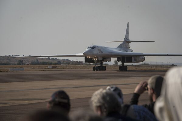 Uno dei due bombardieri delle Forze aerospaziali russe Tu-160 atterra alla base aerea di Waterkloof a Pretoria, Sudafrica, il 23 ottobre 2019 - Sputnik Italia