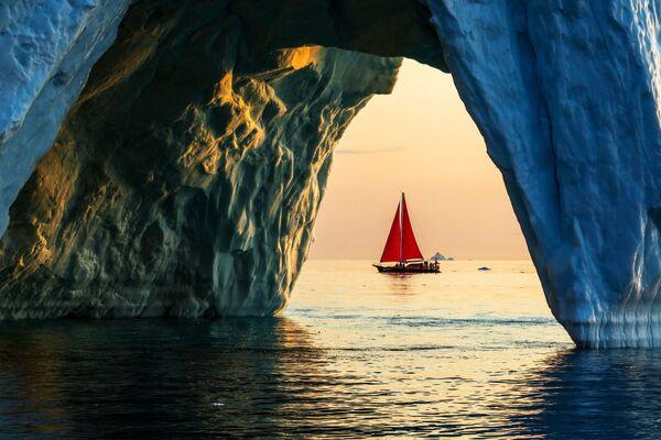 Lo yacht 'Pietro il Grande' naviga vicino agli iceberg tra le acque dell'isola della Groenlandia durante la spedizione della società russa Rusark - Sputnik Italia