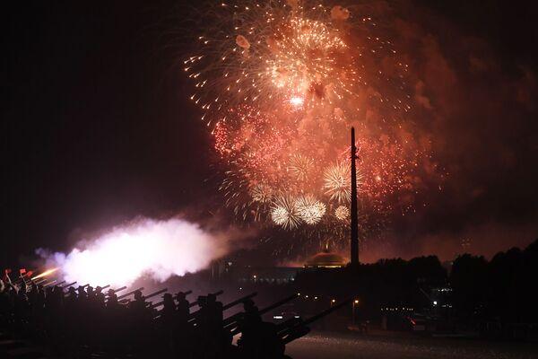 I fuochi d'artificio in onore del 75 ° anniversario della liberazione di Belgrado dai nazisti - Sputnik Italia