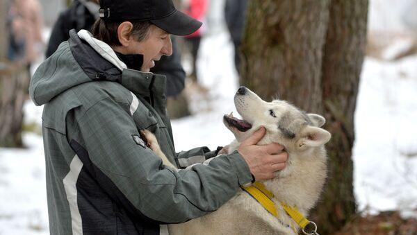 Un momento di affetto tra un cane ed il suo padrone - Sputnik Italia