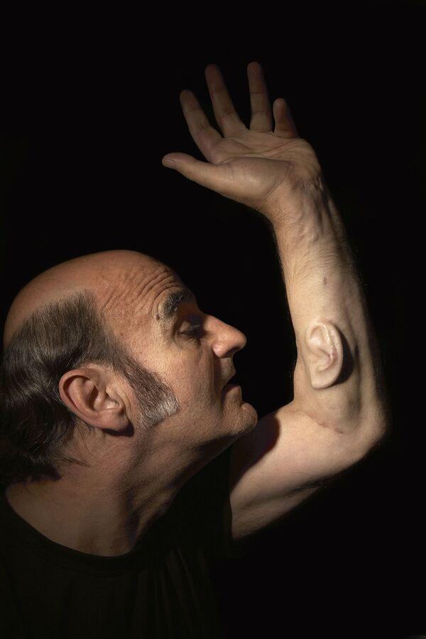 L'artista australiano Stelios Arkadiou che si fece impiantare sul braccio sinistro un orecchio creato in laboratorio dalle proprie cellule - Sputnik Italia