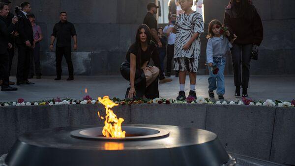 Kim Kardashian al Complesso Commemorativo del genocidio armeno Tsitsernakaberd, Yerevan - Sputnik Italia