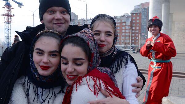 Attori si fanno le foto prima di salire sul palco del Festival Moya Rossiya (La mia Russia) a Krasnoyarsk. - Sputnik Italia