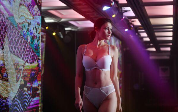 Una modella alla sfilata Senselle by Felina durante la Lingerie Fashion Week a Mosca - Sputnik Italia