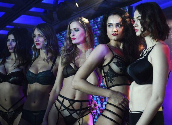 Le modelle ad una sfilata durante la Lingerie Fashion Week a Mosca - Sputnik Italia