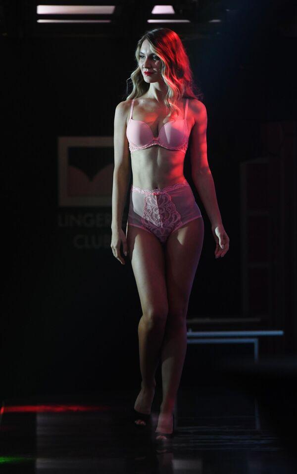 Una modella ad una sfilata durante la Lingerie Fashion Week a Mosca - Sputnik Italia