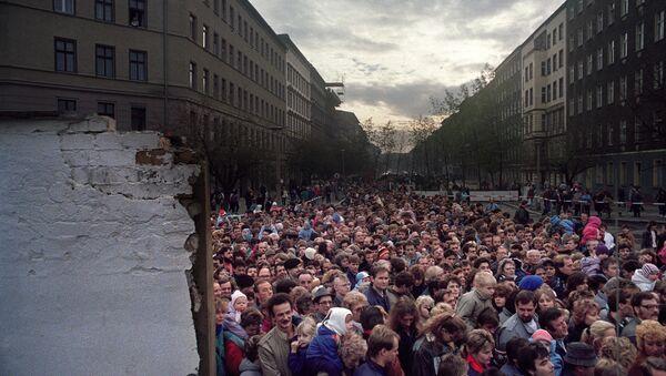 Berlinesi orientali desiderosi di visitare Berlino Ovest davanti al muro di Berlino - Sputnik Italia