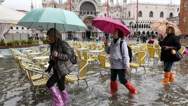 Acqua alta a Venezia, turisti sulla Piazza San Marco - Sputnik Italia