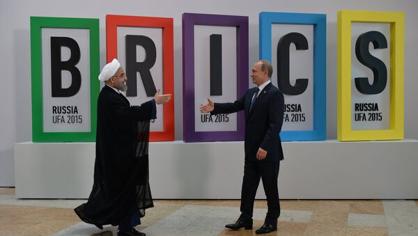 Vladimir Putin accoglie il presidente iraniano Hassan Rouhani al vertice SCO di Ufa. - Sputnik Italia