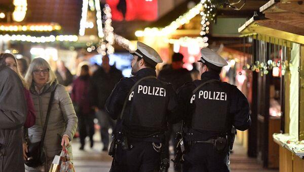 Poliziotti in pattuglia in mercatino di Natale in Germania - Sputnik Italia