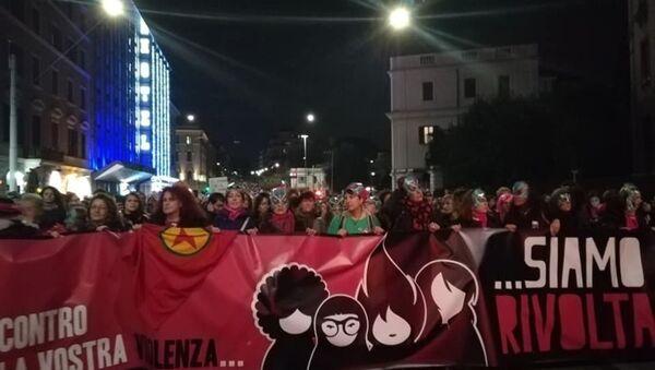 Femministe di Non Una di Meno in corteo a Roma - Sputnik Italia