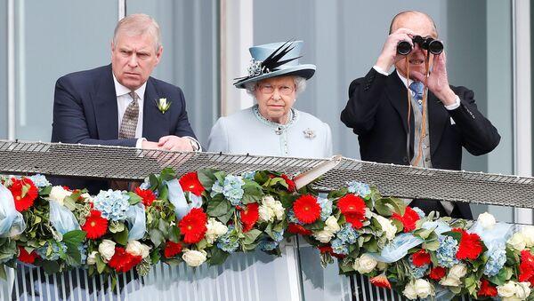 Il principe Andrew, la regina Elisabetta II e il principe Filippo - Sputnik Italia