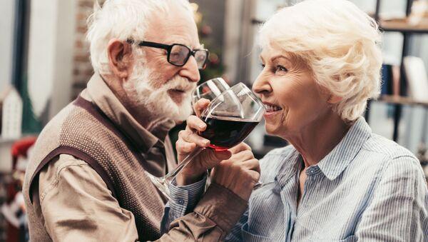 Una coppia di anziani bevono il vino - Sputnik Italia